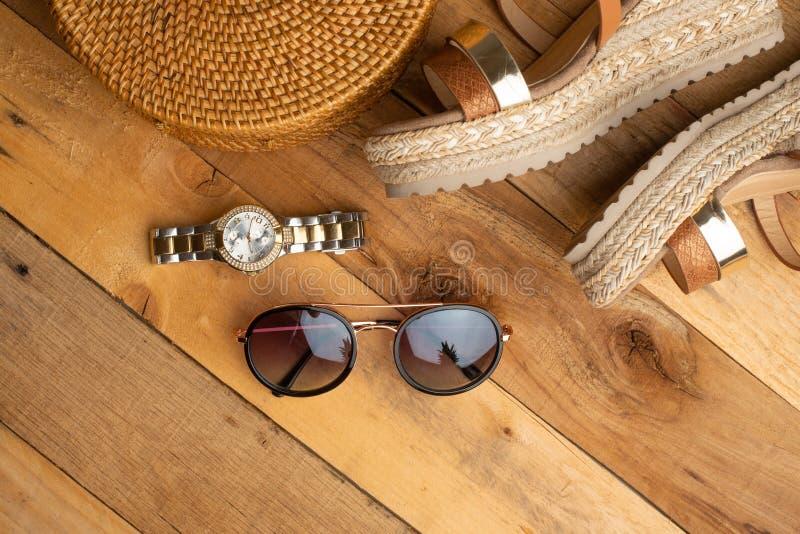 Предпосылка лета с плетеной сумкой моды, и ботинки лета женщин, и стекла солнца, дозоры Мода лета, концепция a стоковое изображение rf