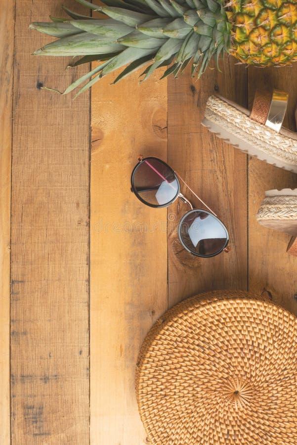 Предпосылка лета с плетеной сумкой моды, и ботинки лета женщин, тропические ананас и стекла и дозоры солнца o стоковые фотографии rf