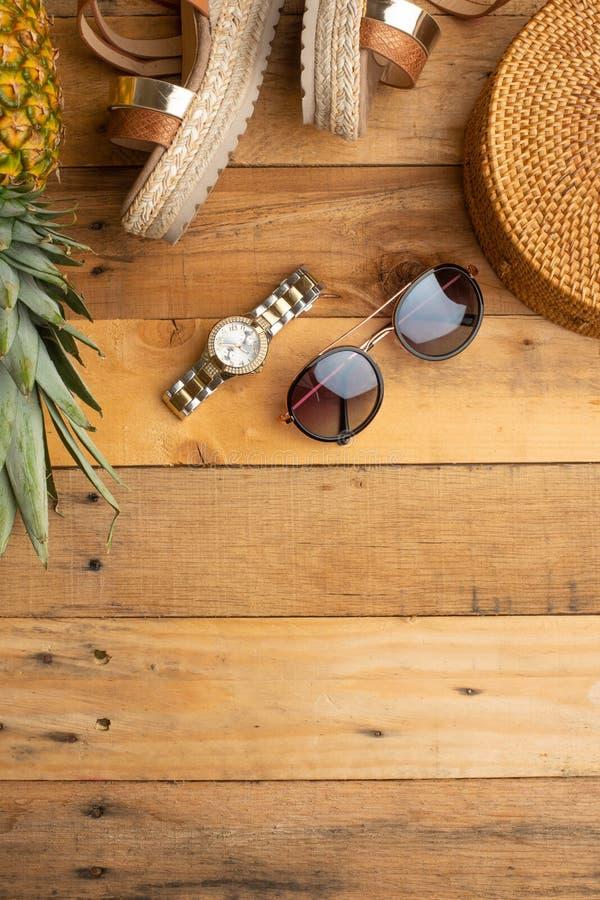 Предпосылка лета с плетеной сумкой моды, и ботинки лета женщин, тропические ананас и стекла и дозоры солнца o стоковое фото