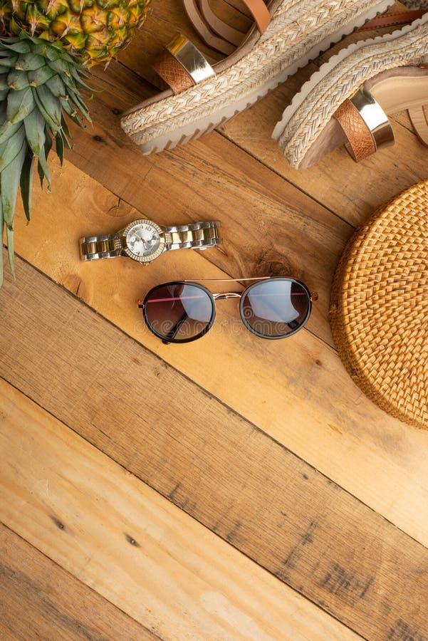 Предпосылка лета с плетеной сумкой моды, и ботинки лета женщин, тропические ананас и стекла и дозоры солнца o стоковые фото