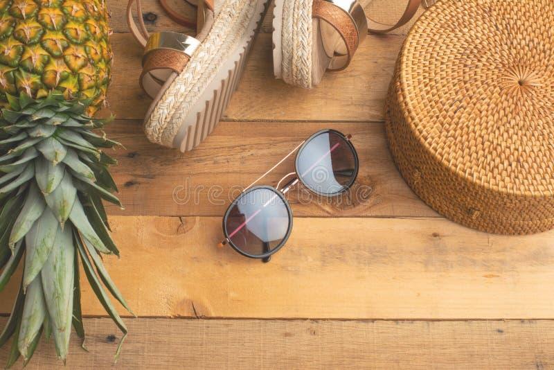 Предпосылка лета с плетеной сумкой моды, и ботинки лета женщин, тропический ананас и стекла солнца Мода лета, стоковые изображения rf