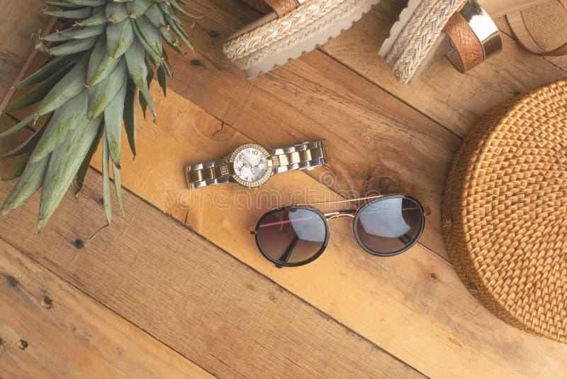 Предпосылка лета с плетеной сумкой моды, и ботинки лета женщин, тропический ананас и стекла солнца Мода лета, стоковая фотография