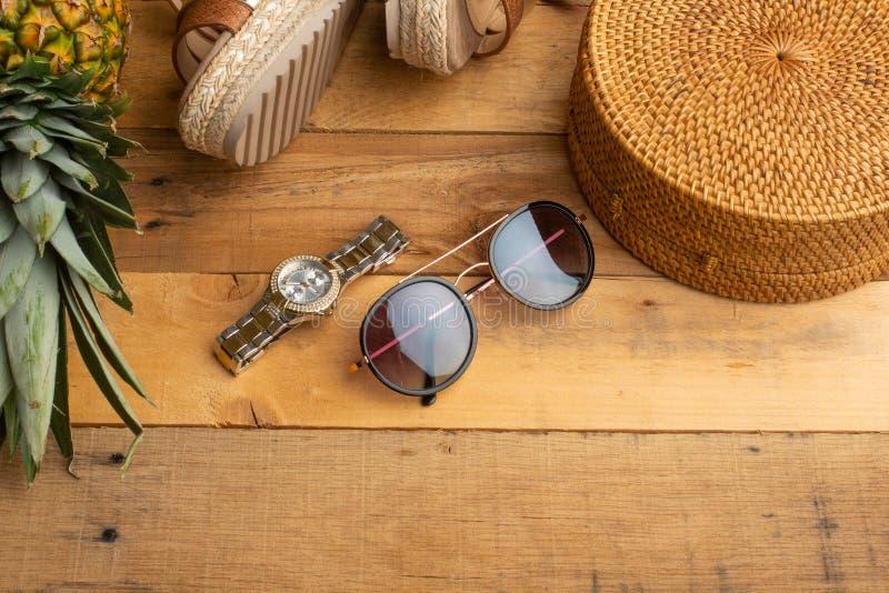 Предпосылка лета с плетеной сумкой моды, и ботинки лета женщин, тропический ананас и стекла солнца Мода лета, стоковое изображение