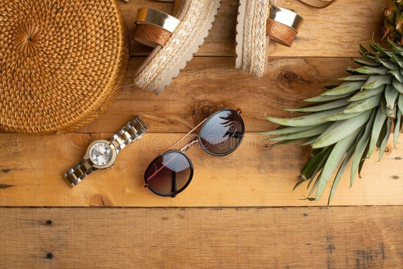 Предпосылка лета с плетеной сумкой моды, и ботинки лета женщин, тропический ананас и стекла солнца Мода лета, стоковое изображение rf
