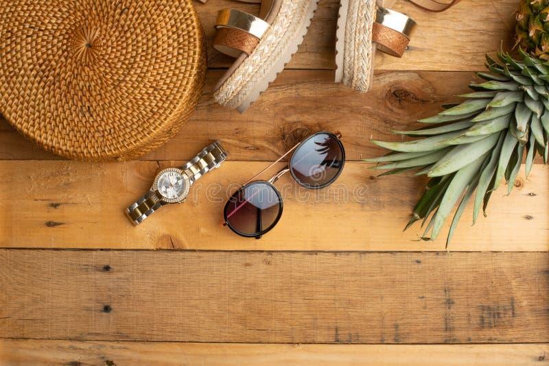 Предпосылка лета с плетеной сумкой моды, и ботинки лета женщин, тропический ананас и стекла солнца Мода лета, стоковая фотография rf