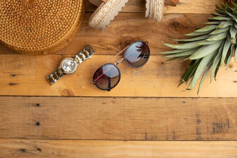 Предпосылка лета с плетеной сумкой моды, и ботинки лета женщин, тропический ананас и стекла солнца Мода лета, стоковые изображения