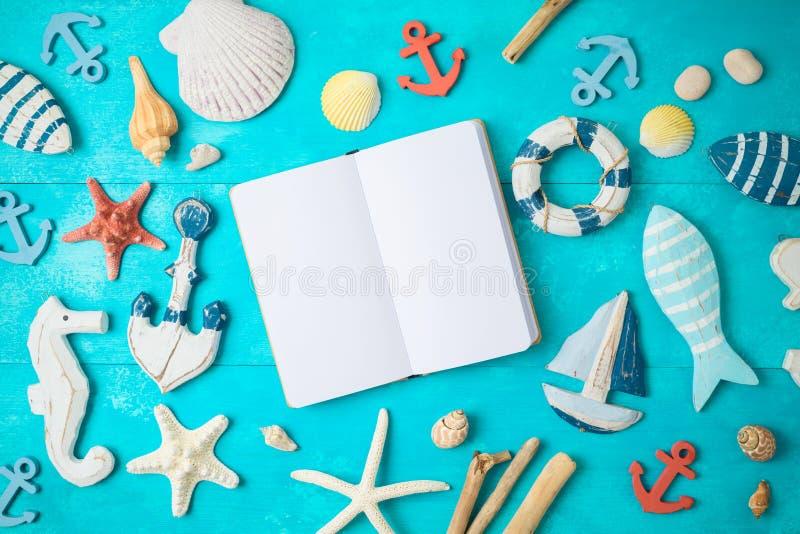 Предпосылка лета с тетрадью и морские украшения на деревянном столе стоковые изображения rf