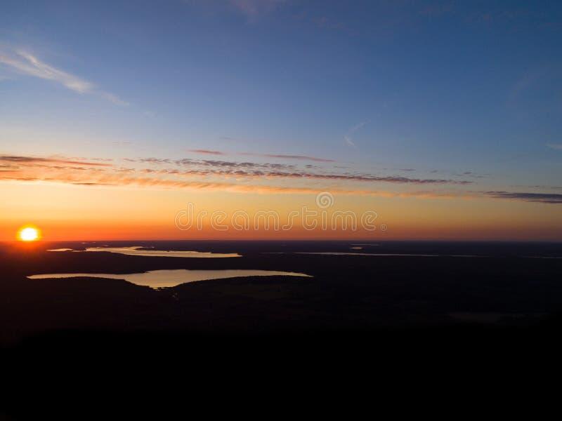 Предпосылка неба захода солнца вида с воздуха Драматическое небо захода солнца золота с облаками неба вечера над озерами Оглушать стоковые фото