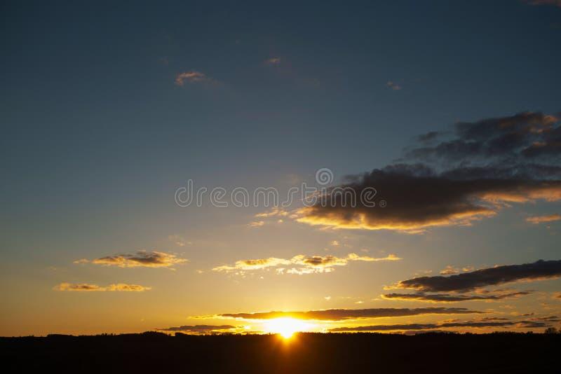 Предпосылка неба захода солнца Ландшафт и драматический заход солнца или небо восхода солнца летом стоковое фото