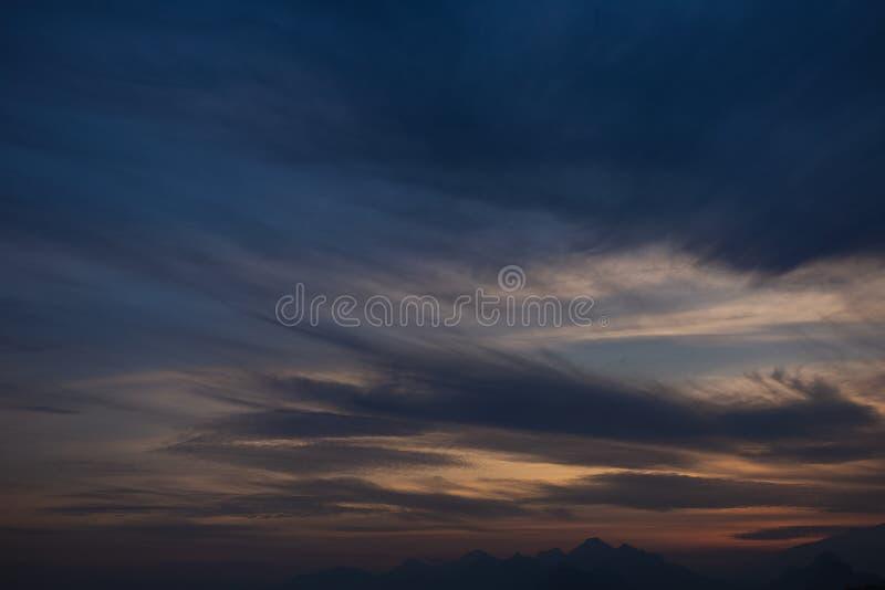 Предпосылка неба захода солнца очаровывая с мягкими спокойными белыми облаками стоковая фотография rf