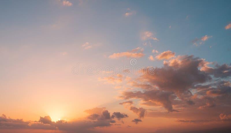 Предпосылка неба захода солнца - солнце за красочными облаками стоковая фотография