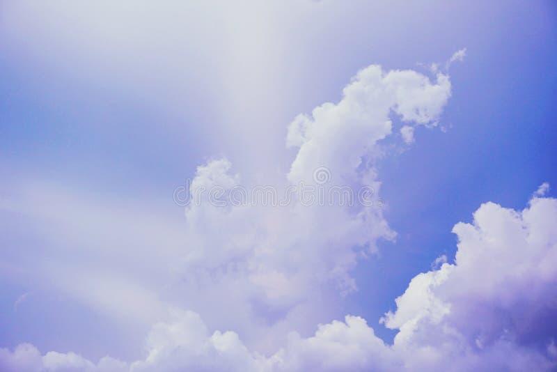 Предпосылка неба и облаков абстрактная естественная с цветными поглотителями стоковое фото