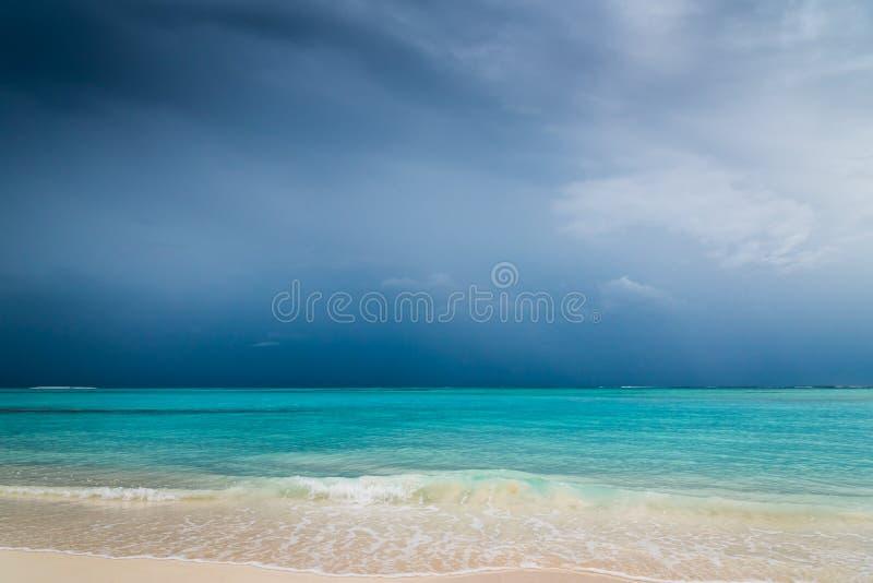 Предпосылка неба тропического пляжа океана бурная стоковые изображения