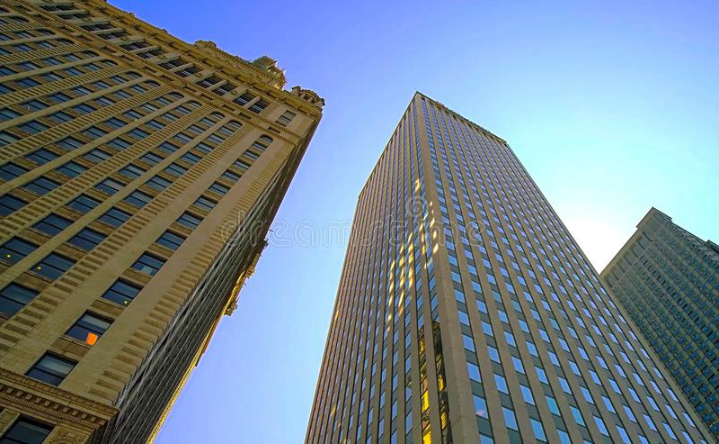 Предпосылка, небоскребы против голубого неба стоковое изображение