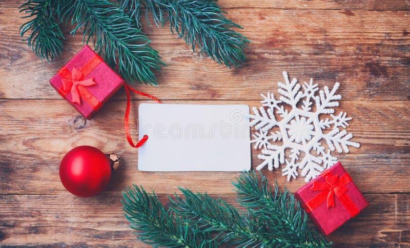 Предпосылка Нового Года рождества, ель разветвляет, красная подарочная коробка, шарик, стоковое фото rf