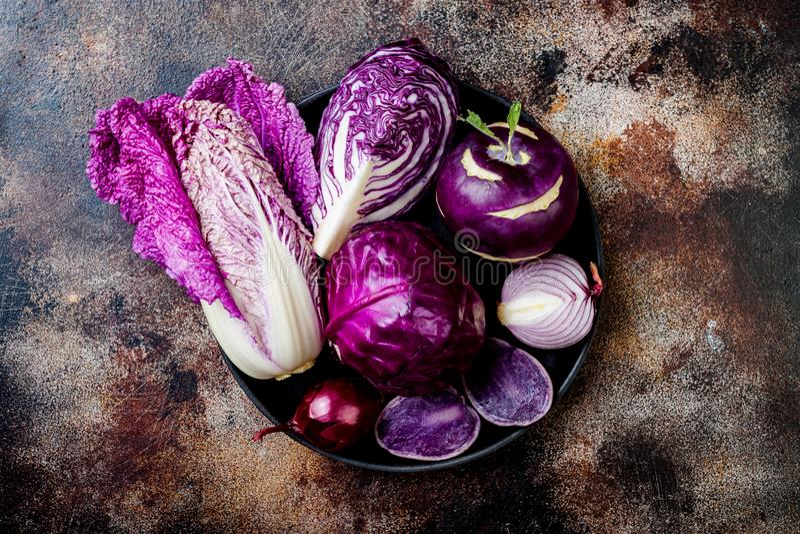 Предпосылка овощей сезонной осени зимы пурпурная Vegan основанный заводом или вегетарианская варя концепция Чистая еда еды стоковое изображение rf