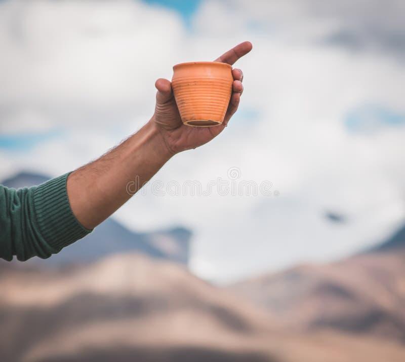 предпосылка озера горы чашки удерживания руки путешественника стоковые фотографии rf