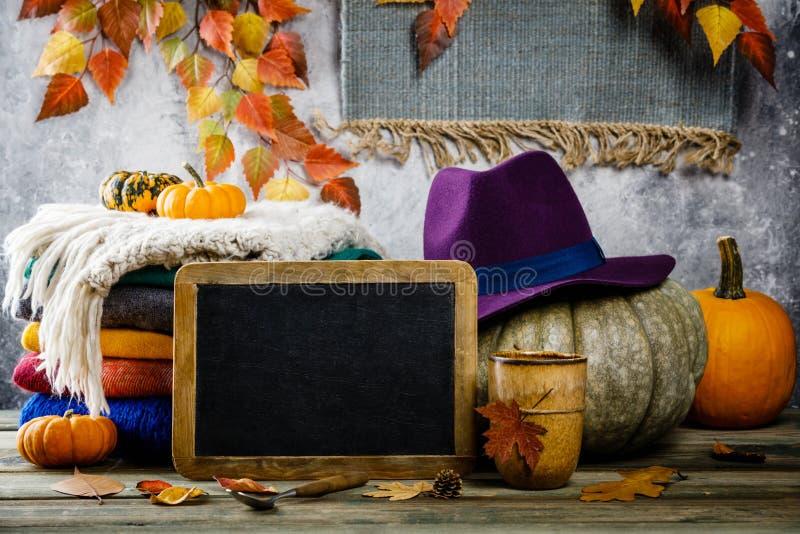 Предпосылка осени на деревянном tabel против стены старого состояния ржавчины винтажной стоковые изображения rf