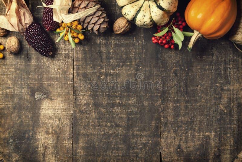 Предпосылка осени - упаденные листья и тыквы на старом деревянном столе стоковая фотография rf