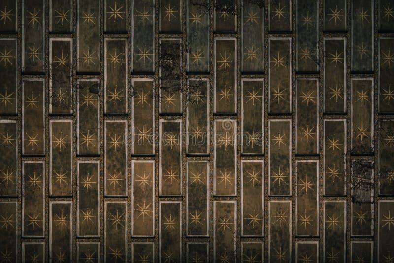 Предпосылка отделки стен подлинного красочного старого кирпича деревянная стоковые изображения