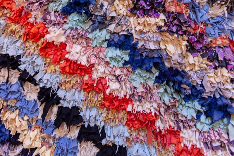 Предпосылка от раскосных пестротканых нашивок сформированных путем переплетать большое количество небольших частей ткани  стоковые фото