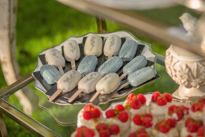 Предпосылка от сортированных десертов подготовленных для гостей свадебного банкета или клубники дня рождения в белом молоке стоковая фотография
