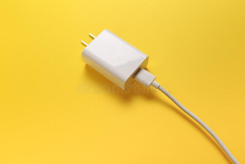Предпосылка пастельного цвета ob кабелей USB микро- Соединители и гнезда для ПК и мобильных устройств - изображения стоковые изображения rf