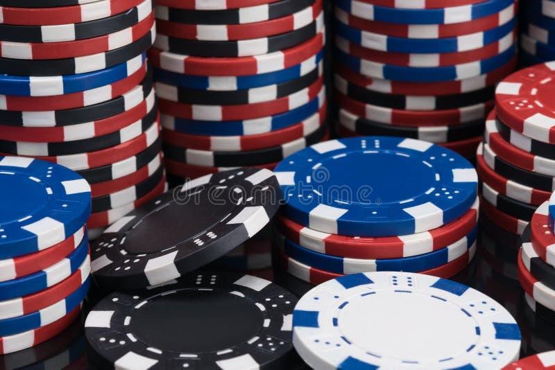 Предпосылка пестротканых обломоков для игры покера разбросанного и собранного в конце-вверх куч стоковое фото