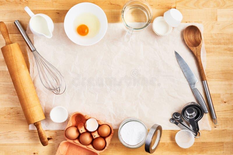 Предпосылка пищевых ингредиентов и утварей кухни стоковое изображение