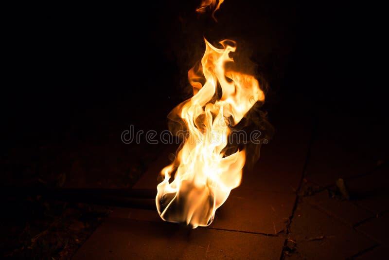 Предпосылка пламени огня Факел пылать на темной предпосылке стоковое фото