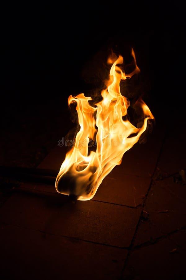 Предпосылка пламени огня Факел пылать на темной предпосылке стоковое изображение