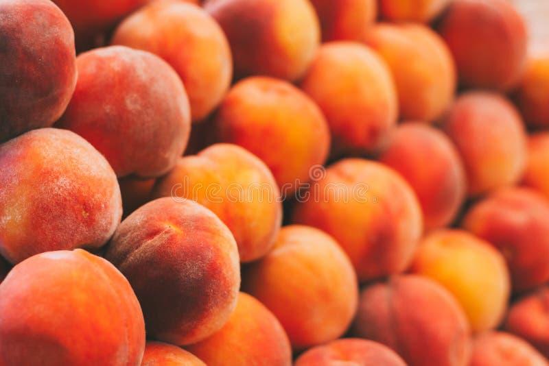Предпосылка плодоовощей персиков в рынке бакалеи Здоровый и вкусный стоковые изображения