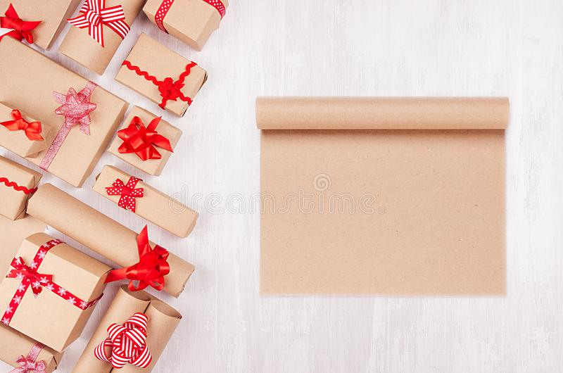 Предпосылка подарков торжества с чистым листом бумаги для дизайна и рекламы и различные настоящие моменты со смешными красными см стоковое фото
