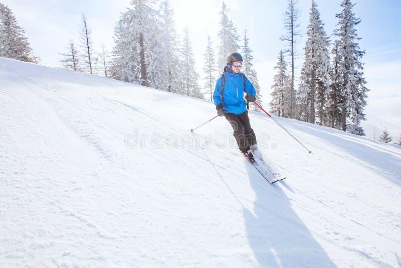 Предпосылка покатого катания на лыжах, лыжник в горах стоковая фотография