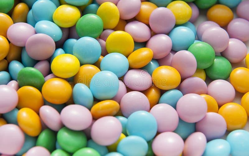 Предпосылка покрашенных круглых конфет стоковые изображения