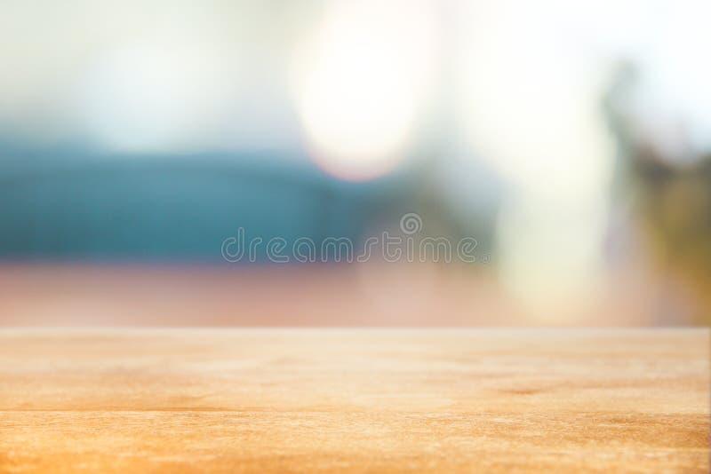 Предпосылка праздника рождества с пустой верхней частью деревянного стола над праздничным светом bokeh украшает на дереве стоковые фото