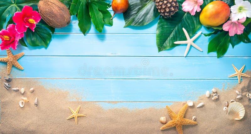 Предпосылка праздников с тропическими цветками, листьями, экзотическими плодоовощами стоковые изображения rf
