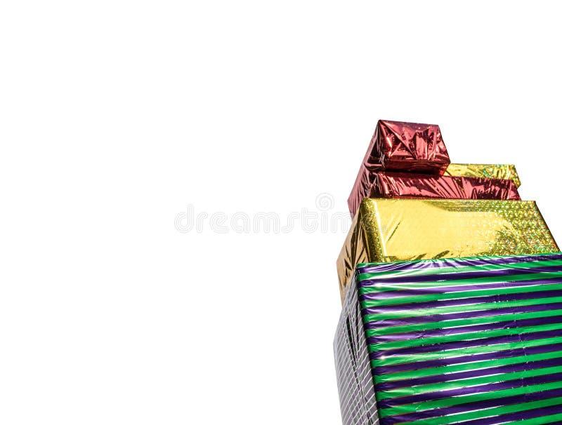 Предпосылка 4 праздничных подарочных коробок белая стоковые фото