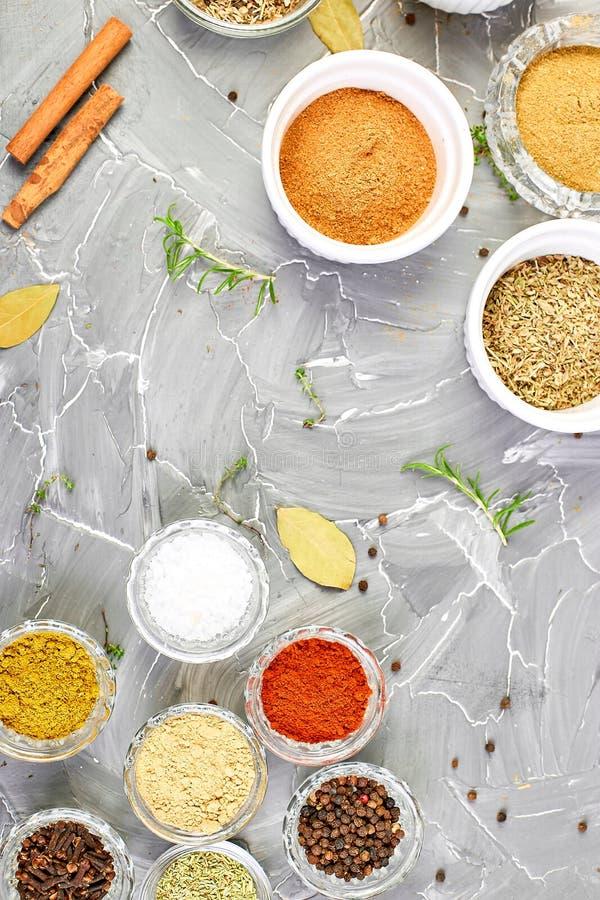 Предпосылка приправой Высушенная приправа специи и травы со свежим и стоковое изображение rf