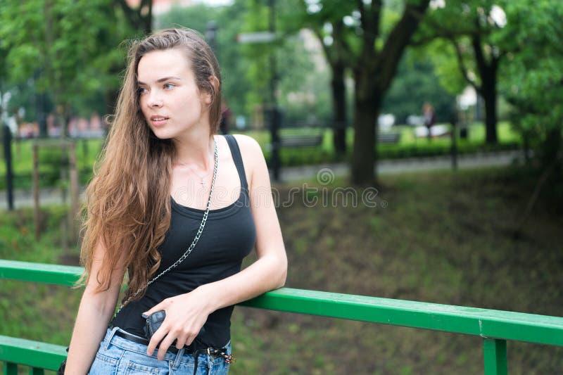 Предпосылка природы зеленого цвета парка прогулки девушки Стоп женщины для того чтобы насладиться окружающей средой природы мирно стоковые изображения rf