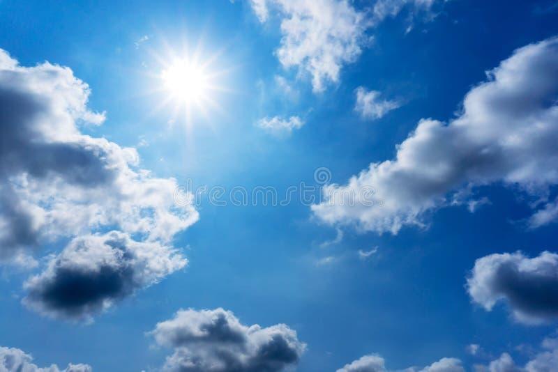 Предпосылка природы солнца сияющая в голубом небе стоковые фотографии rf