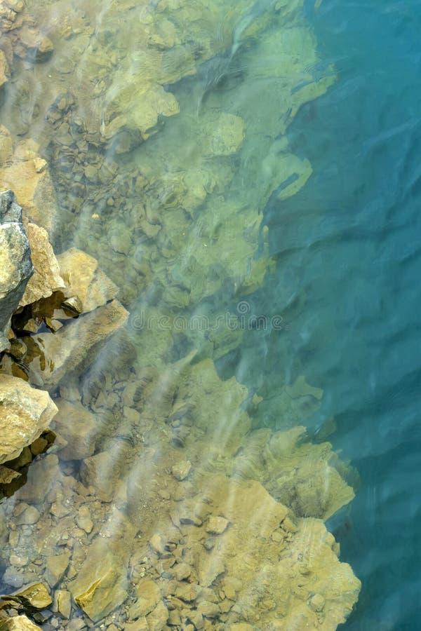 Предпосылка - прозрачная вода озера горы стоковая фотография rf