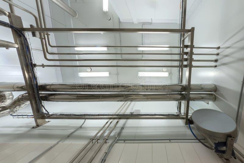 Предпосылка промышленного сияющего стального трубопровода потолка наверху верхняя Химическая лаборатория и стиль науки стоковые изображения