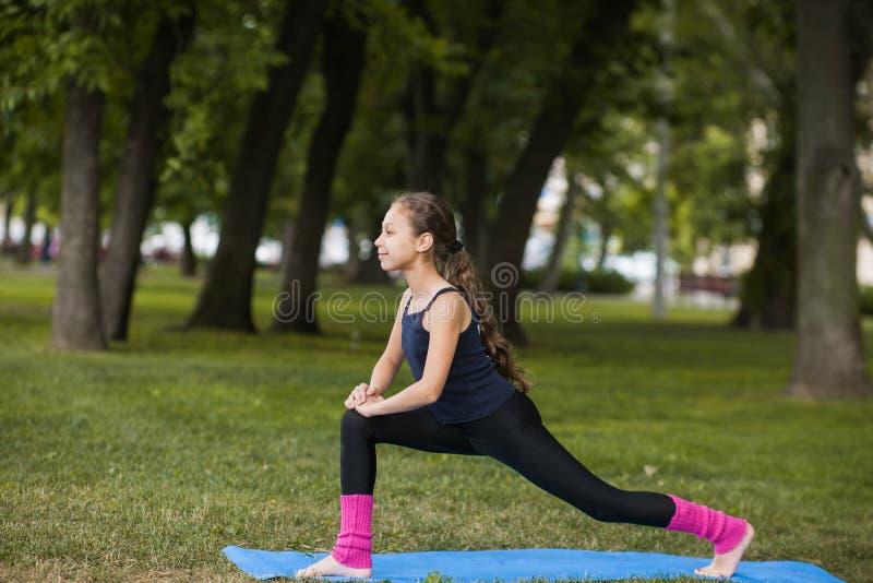 предпосылка работает йогу белизны спорта рубашки девушки здоровую изолированную s Подростковый здоровый образ жизни стоковая фотография rf