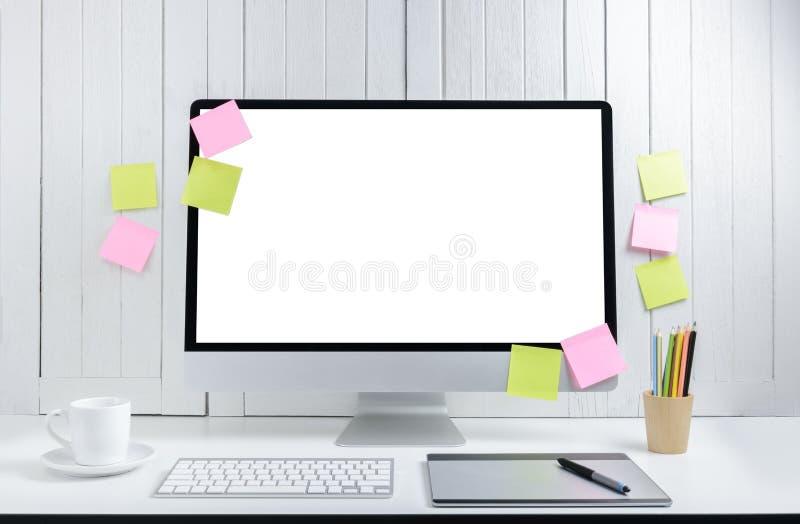 Предпосылка рабочего места для дизайнеров с пустым белым moder экрана стоковые изображения rf