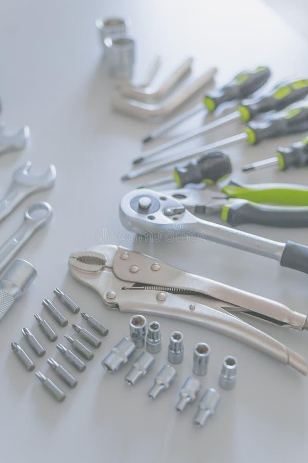 Предпосылка разнообразие инструментов для рабочий-строителя на сером цвете стоковая фотография rf