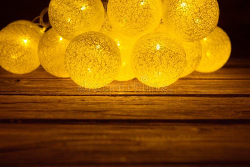 Предпосылка рождества деревенская Год сбора винограда planked древесина при сформированный шарик светов рождества стоковое фото