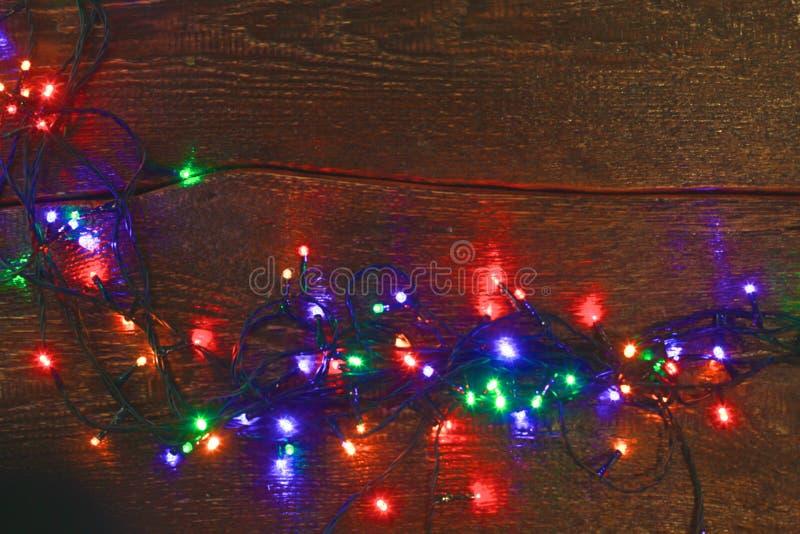 Предпосылка рождества деревенская - год сбора винограда planked древесина с светами и космосом свободного текста стоковое фото rf