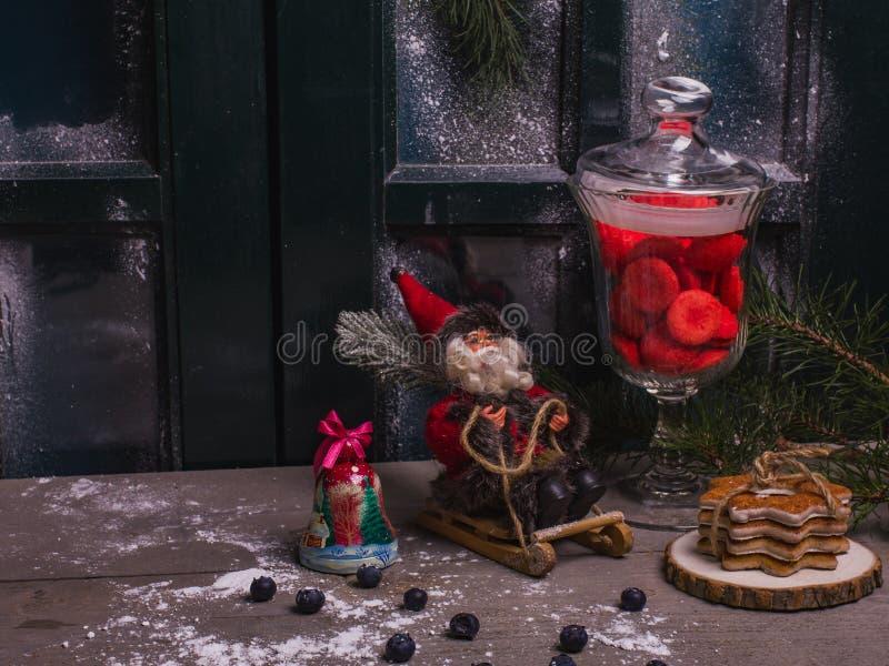 Предпосылка рождества деревенская украшенной таблицы с сладостью стоковое изображение