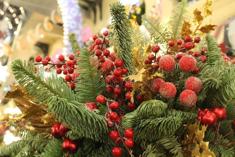 Предпосылка рождества красивая с ветвями и украшениями ели стоковая фотография rf